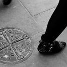 004_UArUk.5008BW-Street-Art-Roundel-Scissors-&-Buttons-London